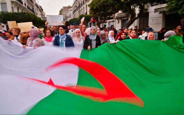 Les Algériens continuent de manifester contre le régime